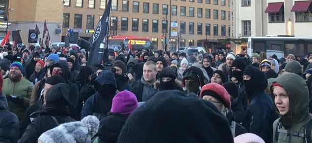 Helsinki ilman natseja -vastamielenosoitus on koonnut asema-aukiolle sankan väkijoukon.