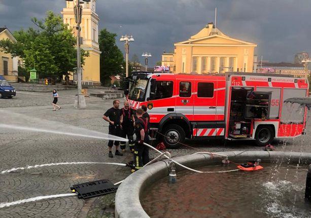 Pelastuslaitos tyhjensi Tampereen Keskustorin suihkulähdettä yhdeksän jälkeen illalla.
