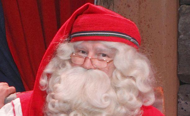 Joulupukki vastaa lasten kysymyksiin ja lapset Joulupukin.