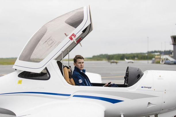 Tamperelainen, 20-vuotias merkonomi Joona Koskela päätti ryhtyä yrittäjäksi. Hän perusti ilmailualan yrityksen ja osti uuden lentokoneen Kanadasta.
