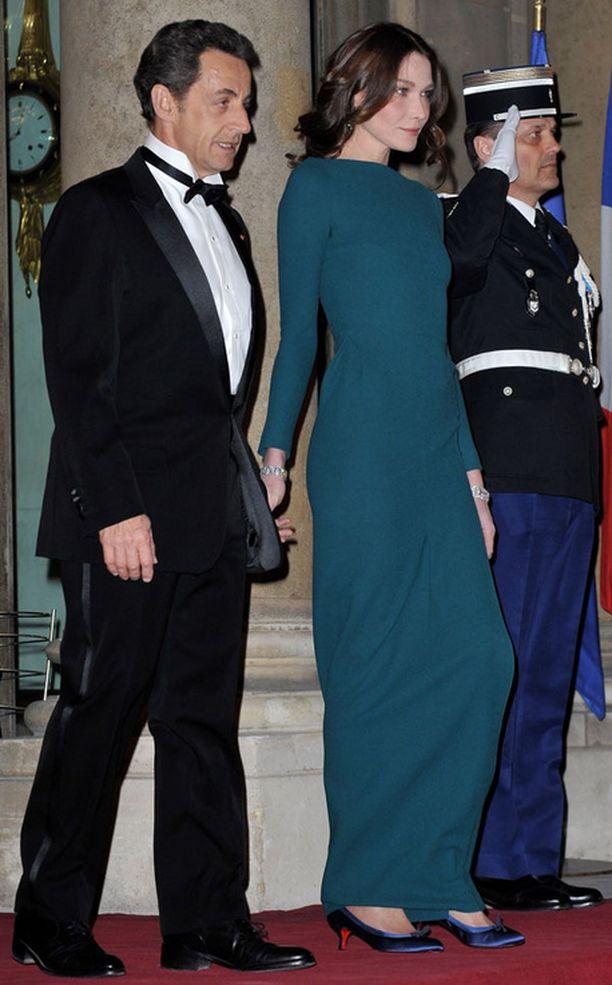 Nicholas Sarkozyn vaimo Carla Bruni loisti kokopitkässä mekossaan.