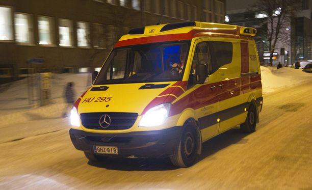 Koulupoika jouduttiin lopulta kuljettamaan ambulanssilla tutkimuksiin Lastensairaalaan Helsinkiin (arkistokuva).
