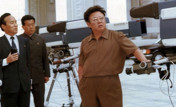 Lokakussa 1984 Kim Jong-il tarkasti Mansudae Televisionin varustuksen Pjongjangissa.