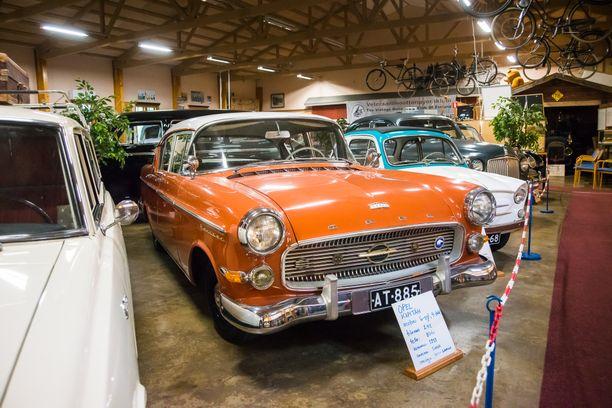 Vehoniemen automuseossa on vuosittain vaihtuva näyttely. Kuvassa iso saksalainen Opel Kapitän vuodelta 1959. Sen 2,4-litran rivikuutonen tuotti 80 hevosvoimaa.