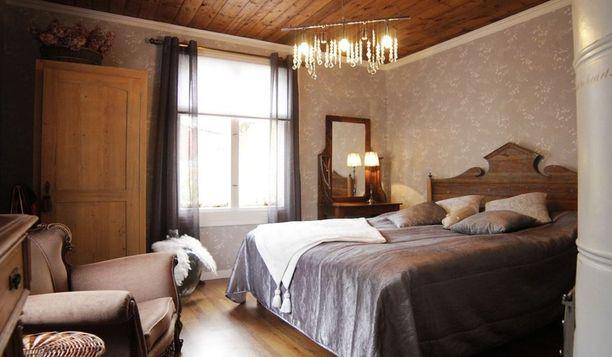 Vanhan talon tunnelmaan sopivat vanhat tummat huonekalut. Tässä huoneessa tunnelma on kuin bed&breakfast -tyyppisessä majatalossa.