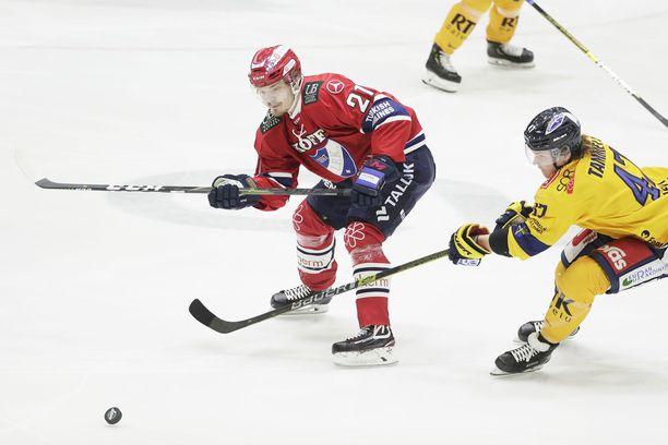 HIFK:n Ville Leskinen ja Lukon Jonne Tammela taistelivat kiekosta joulukuussa Helsingissä. Ensi tammikuussa joukkueet kohtaavat Tallinnassa.