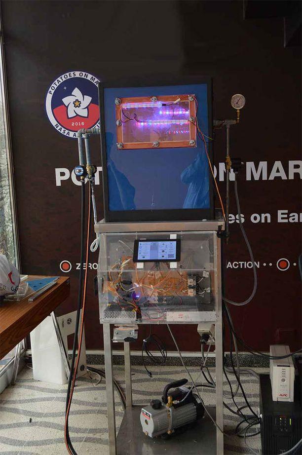 Testimukula istutettiin tähän Nasan ja Liman tekniikan yliopiston yhteistyössä rakentamaan minikasvihuoneeseen.