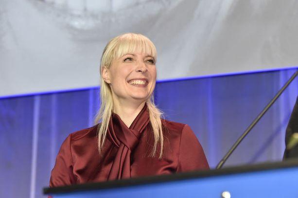 """Laura Huhtasaari sanoo gradukohun kuuluvan """"julkisuuden kirouksiin"""" ja kertoo, että hän ei """"aio perääntyä, vaikka kaikkeen isketään""""."""