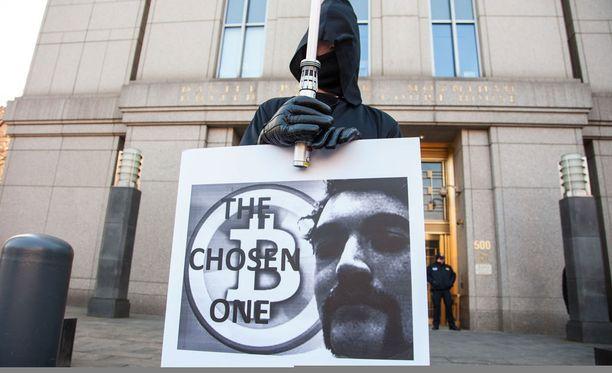 Yhden miehen mielenosoitus tuomitun puolesta New Yorkissa vuonna 2015.