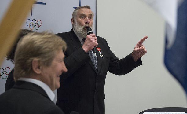 Juha Mieto puhkui maanantaina Kalastajatorpalla, jossa palkittiin suomalaisia olympia- ja paralympiavoittajia. Etualalla Pertti Ukkola.
