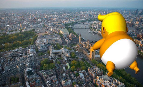 Vauva-Trump tulee leijumaan Lontoon parlamenttiaukiolla.