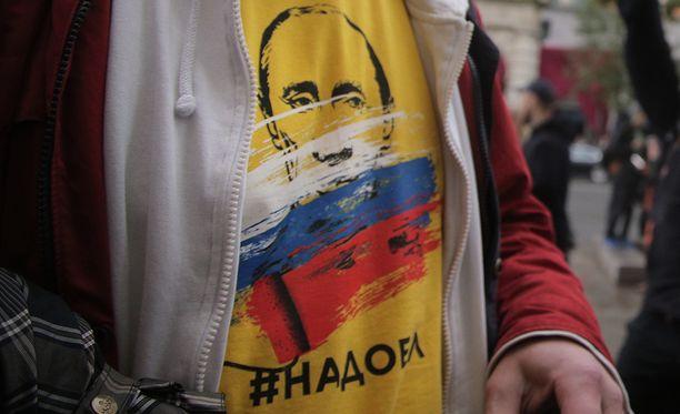 Tällainen paita venäläisellä toimittajalla oli päällään vaali-iltana. Tämä kuva on otettu Moskovan mielenosoituksissa viime syksynä eikä liity kyseiseen toimittajaan.