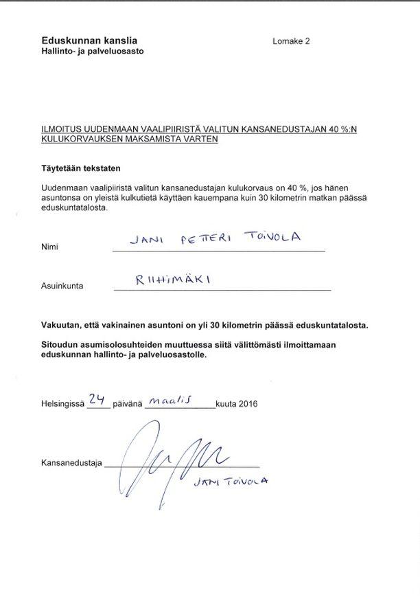 Toivola on ilmoittanut eduskunnalle asuvansa vakituisesti Riihimäellä. Ilmoituksen perusteella Toivolalle on maksettu korotettua kulukorvausta 1 315,75 euroa kuukaudessa.