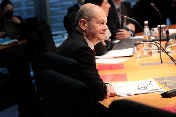 SPD:n puheenjohtaja ja nykyinen valtiovarainministeri Olaf Scholz istui valiokunnan kuulemiseen maanantaina.