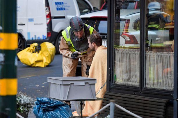 Pelastusviranomainen auttoi henkilöä, joka oli mahdollisesti altistunut tuntemattomalle jauheelle.