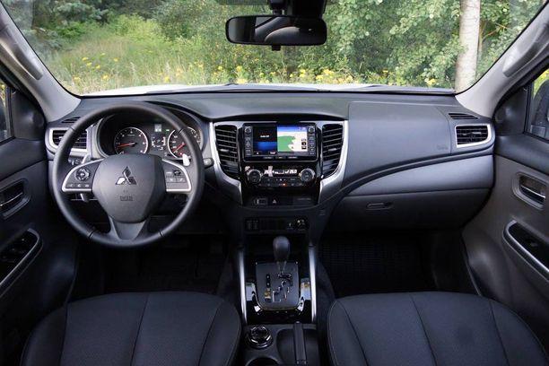 Uusiutuneen L200:n ohjaamo on tyylikäs ja nykyaikainen. Käytetyt materiaalit ovat nahkaistuimia lukuunottamatta kovamuovisia, mutta auton luonteen vuoksi se ei varsinaisesti haittaa.