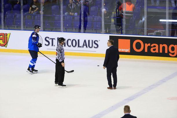 Jukka Jalonen keskusteli tuomarin kanssa avauserän jälkeen.