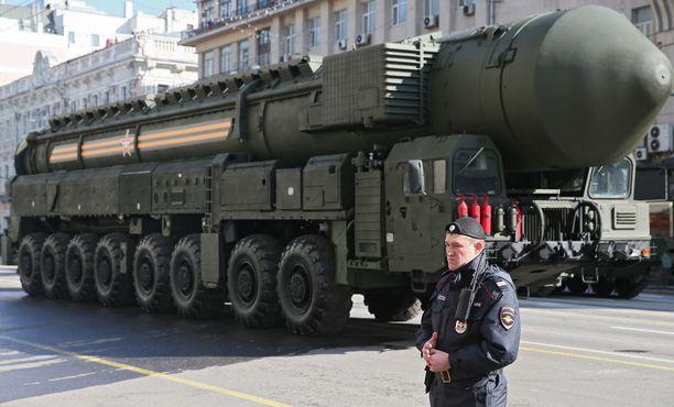 Topol-M -mannertenvälinen ballistisen ohjus esittelyssä puolustusvoimien paraatissa Moskovassa vuonna 2014.
