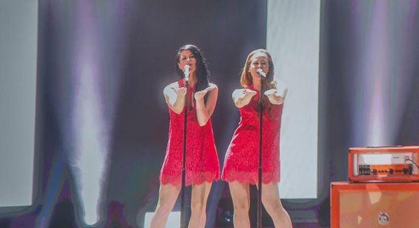 Tanskan taustalaulajien punaiset puvut olivat kuin t-paidat. Tanskan esiintyjillä nähtiin illan lyhyimmät puvut.