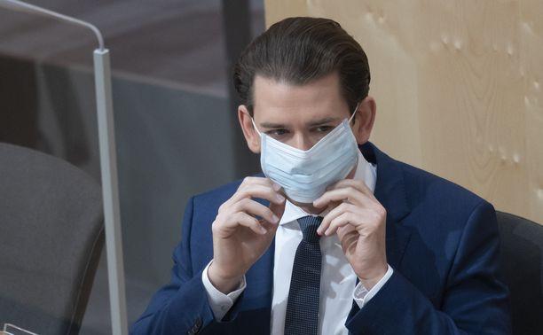 Itävallan parlamentissa myös liittokansleri Sebastian Kurz käyttää kasvosuojainta.