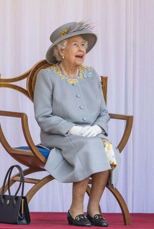 Kuningatar Elisabet ihasteli syntymäpäivänsä kunniaksi pidettyä paraatia.