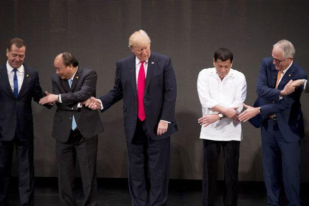 Trump ojensi oikean, eli väärän kätensä Phucille ja vilkaisi vasemmalleen. Jokin oli pielessä.