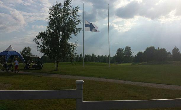 Lippu nostettiin Kartanogolfilla puolitankoon salamaniskun uhrin kunniaksi.