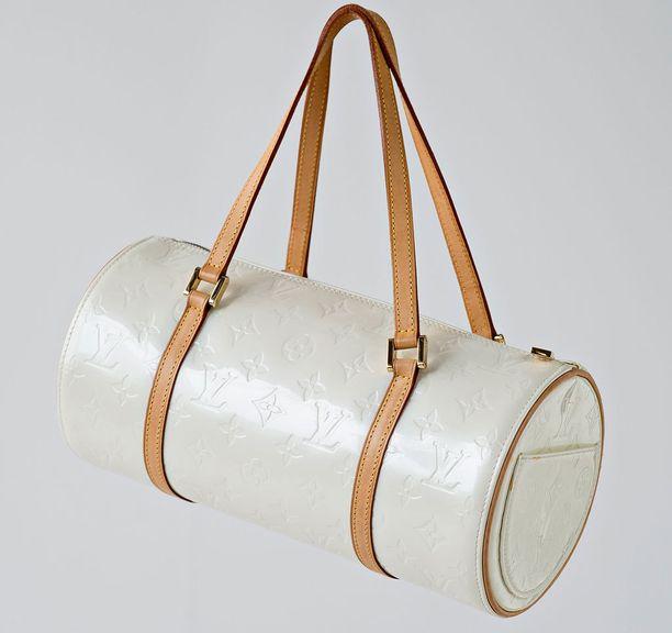 Noriko Salo lahjoitti myytäväksi Louis Vuittonin Vernis Monogram Bedford -laukun.