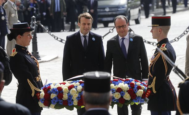 Tuleva ja nykyinen presidentti laskivat maanantaina seppeleen tuntemattoman sotilaan haudalle riemukaaren luona Pariisissa.