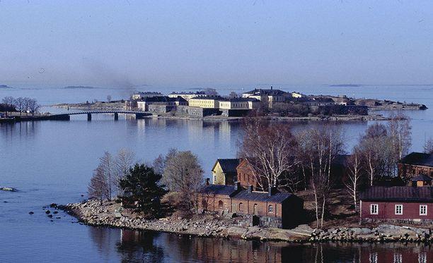 Helsingin edustalla Suomenlinnassa sijaitseva Merisotakoulu kouluttaa merivoimien upseerit.