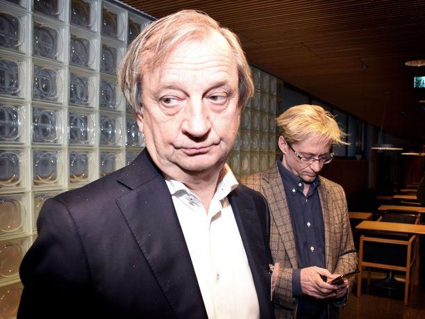 Liikemies-kansanedustaja Hjallis Harkimo seurasi perustamansa Liike Nytin kansanedustajainfoa sivusta eikä käyttänyt tilaisuudessa puheenvuoroa. Taustalla kännykkäänsä tutkiskeli liikkeen toinen perustaja, entinen demaripoliitikko Mikael Jungner.