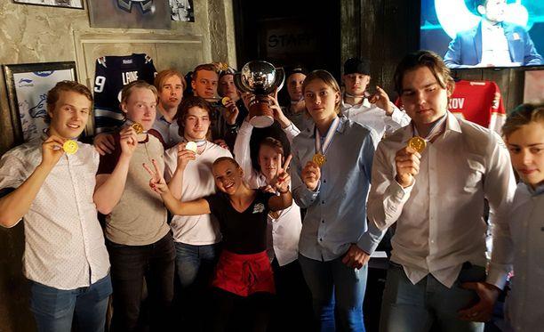 Tuoreet maailmanmestarit seurasivat Leijonien MM-avausta Tampereella Raimo Helmisen vieraina.