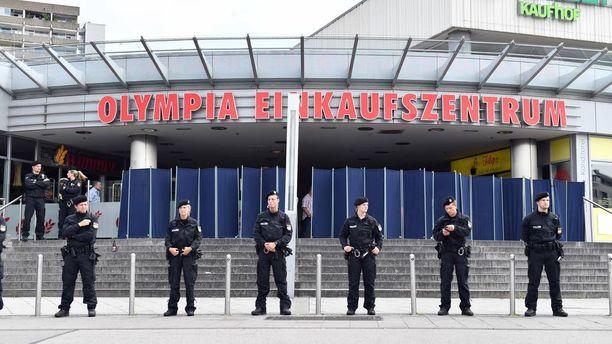 Poliisi tutkii rikospaikkaa Münchenissä.