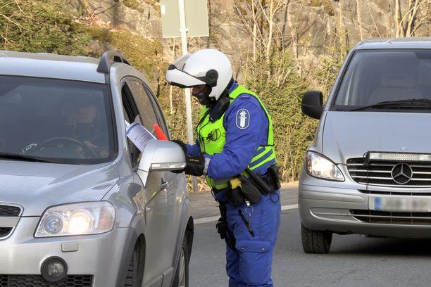 Poliisi vetoaa: Uudenmaan liikkumisrajoitusten noudattaminen ei ole leikin asia.