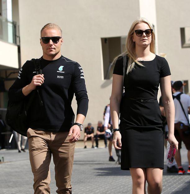 Emilia saapui varikolle kannustamaan Valtteria F1-kauden päätöskisassa.