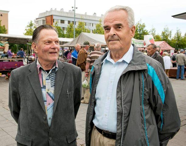 Mauri Maaniitty (vas) ja Ismo Isomäki mahtuvat samaan kuvaan, vaikka ovat pakolaisista eri mieltä