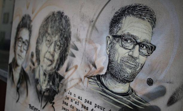 Charlie Hebdo -lehteen tehdyn terrori-iskun uhreja muistava seinämaalaus Pariisissa.