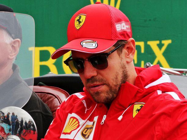 Sebastian Vettel pilasi jälleen oman kisansa toivottomalla ohitusyrityksellä.