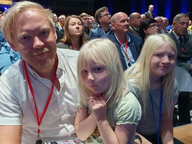 Laura Huhtasaaren lääkärimies Teemu Lämsä ja perheen kaksi tytärtä ovat mukana puoluekokouksessa.