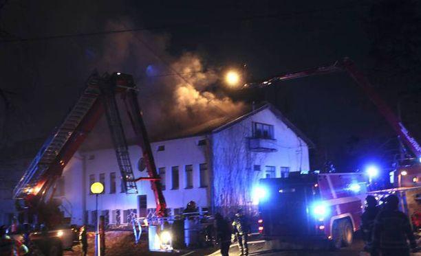 Voionmaan opiston päärakennuksen yläkerrassa syttyi tulipalo maanantaina alkuillasta.