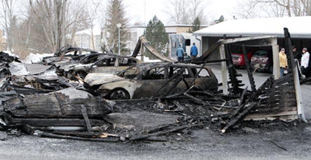 17 autoa tuhoutui täysin tulipalossa.