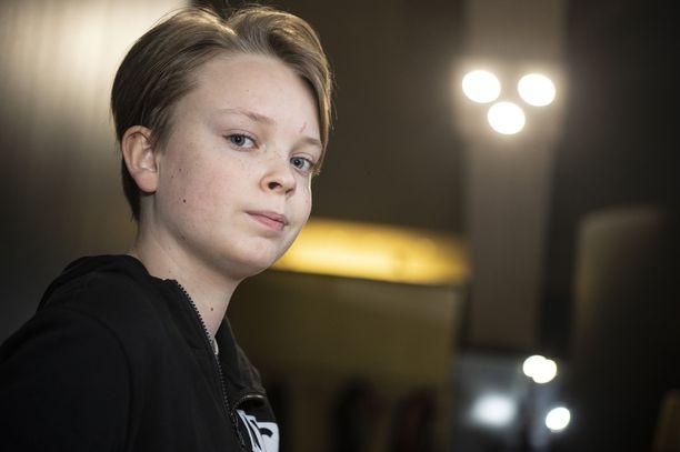 Niila Nousiainen on kuin ilmetty äitinsä, näyttelijä Petra Karjalainen. 12-vuotias poika asuu Tampereella ja käy peruskoulun kuudetta luokkaa.