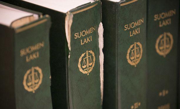 Oikeusapua turvapaikanhakijoille tarjonnut firma sai syytteet.
