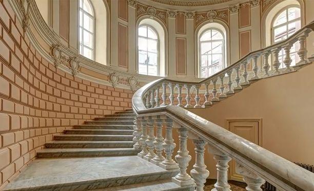 Tässä ovat portaat yläkertaan yhdessä Venäjän pääministerin omistamassa luksusasunnossa Pietarin keskustassa.