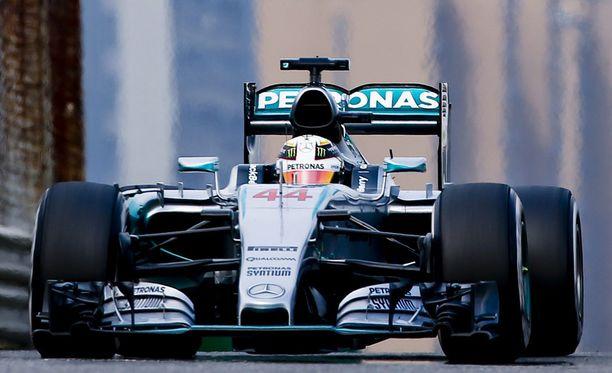 Lewis Hamilton oli ylivoimaisesti joukon nopein Kiinan GP:n toisessa aika-ajojaksossa.