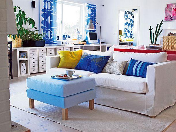 Ikean keväisessä olohuoneessa yhdistellään rohkeasti värejä.