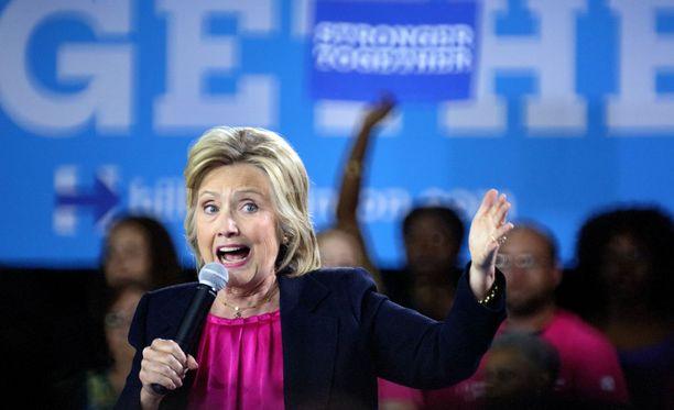 Hillary Clinton sanoi, että puolet republikaanien presidenttiehdokkaan Donald Trumpin kannattajista voidaan luokitella säälittäviksi.