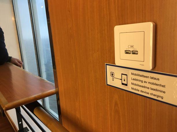 Mobiililaitteiden lataaminen helpottui uusien pistokepaikkojen ansiosta.