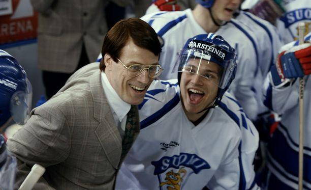 Curt Lindström (Jens Hultén) ja Ville Peltonen (Akseli Kouki) juhlivat Suomen menestystä elokuvassa 95.