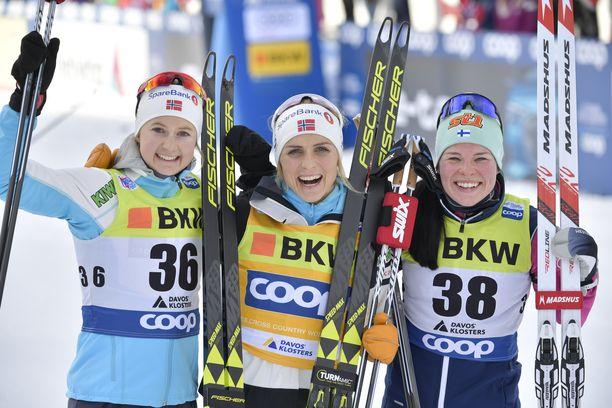 Ingvild Flugstad Östberg (vas.), Therese Johaug ja Krista Pärmäkoski muodostivat kärkitrion pyhänä Davosin maailmancupin vapaalla kympillä.
